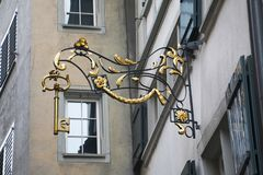 Überraschen, Schild Zürich als großer Schlüssel im Laden stehlend stockbild
