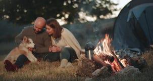 Überraschen, Video eines netten Paares am Picknick des Lagerfeuers dazu gefangennehmend, das eine romantische Zeit zusammen mit i stock footage