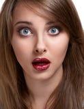 Überraschend lustiges Mädchen Stockfoto