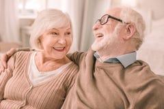 Überraschende ältere weibliche Person, die auf ihren Partner hört stockbilder