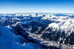 Überraschende Ansicht der französischen Stadt nannte Chamonix-Mont-Blanc Alle um die Gipfel von den Alpen bedeckt mit Schnee lizenzfreie stockfotos
