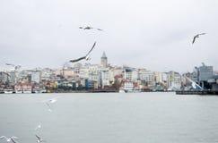 Überraschende Ansicht des Galata-Turmmarksteins in Istanbul, die Hauptstadt von der Türkei Postkarten-Ansicht Istandul, im Januar stockfoto