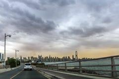 Überraschende Ansicht von Jumeirah Beach Residence und von Wohn- und des Geschäfts Skylinen Dubais Marina Waterfront Skyscraper,  lizenzfreie stockbilder