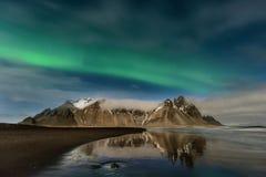 Überraschende Aurora Borealis in Island-Himmel Stockfotografie