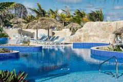 Überraschende einladende Ansicht des tropischen Swimmingpools Stockfotos