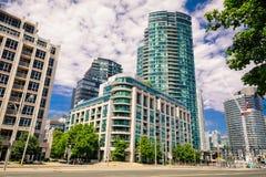 Überraschende, einladende Ansicht Stadtdes bereichs Torontos unten mit modernen stilvollen Wohneigentumswohnungsgebäuden, Autos u lizenzfreie stockfotos