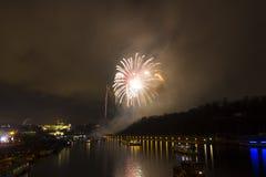 Überraschende explodierende gelbe Feuerwerksfeier des neuen Jahres 2015 in Prag mit der historischen Stadt im Hintergrund Stockbilder