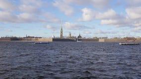 Überraschende Landschaft von schönem Neva-Fluss und von berühmter Peter- und Paul-Festung stock footage