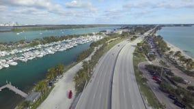 Überraschende Luftkameraansicht des brummens 4k über im Stadtzentrum gelegene Florida leere Landstraßenstraße Miamis auf Ozean fa stock video footage