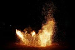 überraschende Nacht-paty Feuershow auf schwarzem Hintergrund lizenzfreies stockfoto