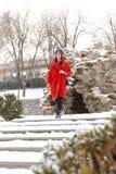 Überraschende schöne junge Frau, die draußen in Schneewinter-Parkwald geht lizenzfreie stockfotografie