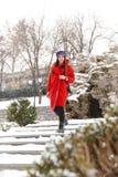 Überraschende schöne junge Frau, die draußen in Schneewinter-Parkwald geht stockbild