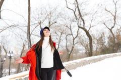 Überraschende schöne junge Frau, die draußen in Schneewinter-Parkwald geht stockbilder