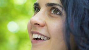 Überraschende schöne Lächelnfrauenaugen voll vom Glück, Freude am Leben, weiblicher Abschluss stock video