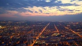 Überraschende Vogelperspektive über Chicago am Abend stock video footage