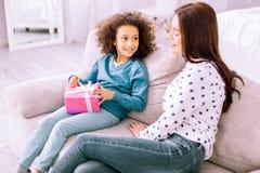 Überraschende weibliche Person, die auf ihr nettes Kind hört lizenzfreie stockfotografie