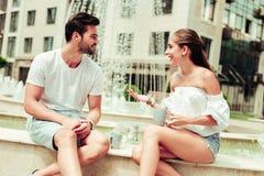 Überraschende weibliche Person, die mit ihrem Partner spricht stockfoto