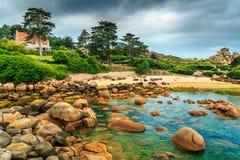 Überraschender Atlantik fahren mit Granitsteinen, Perros-Guirec, Frankreich die Küste entlang Stockfotografie
