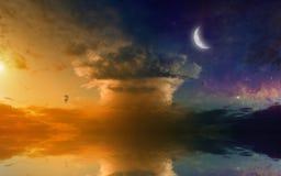 Überraschender glühender Sonnenuntergang mit Reflexion im Meer Lizenzfreie Stockfotos