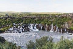 Überraschender Hraunfossar-Wasserfall in West- Mittel-Island lizenzfreie stockfotos