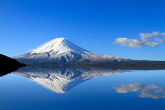 Überraschender Mt Fuji, Japan mit der Reflexion auf dem an Wasser an L Stockfotografie