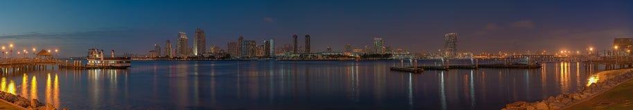 Überraschender Panoramablick von San Diego-Skylinen von Coronado-Insel bei Sonnenuntergang stockfotos