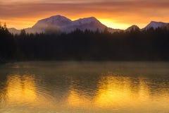 Überraschender Sonnenaufgang von Hintersee See von bayerischen Alpen stockfoto