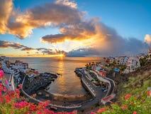 Überraschender Sonnenuntergang in Puerto De Santiago lizenzfreies stockfoto