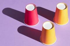 Überraschender Trick mit Plastikschalen lizenzfreies stockfoto