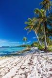 Überraschender verlassener tropischer Strand auf Südseite von Samoa-Insel wi Lizenzfreie Stockfotos