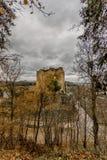 Überraschendes Bild des Schlosses Franchimont in der Ruinenansicht vom Wald lizenzfreies stockbild