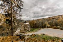 Überraschendes Bild des Waldes und des Schlosses Franchimont in den Ruinen stockbild