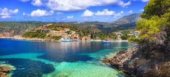 Überraschendes buntes Griechenland- - Assos-Dorf in Kefalonia Ionische Inseln lizenzfreies stockbild