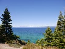 Überraschendes Lake Tahoe mit Bergen Lizenzfreie Stockfotos