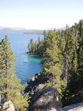 Überraschendes Lake Tahoe mit Bergen Stockfotografie