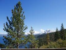Überraschendes Lake Tahoe mit Bergen Stockfoto