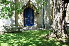 ?berraschendes Licht, das eine sch?ne alte T?r auf Kirche in Windsor, England schl?gt stockfotos