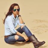 Überraschendes Modeporträt der stilvollen Frau im Freien lizenzfreie stockfotos