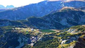 Überraschendes Panorama von grünen Hügeln, von Rila Seen und von Rila-Kloster, Bulgarien lizenzfreies stockbild