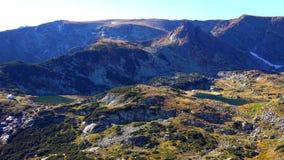 Überraschendes Panorama von grünen Hügeln, von Rila Seen und von Rila-Kloster, Bulgarien stockbild