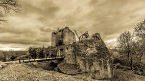 Überraschendes Panoramabild in Schwarzweiss des Schlosses Franchimont in den Ruinen lizenzfreies stockfoto
