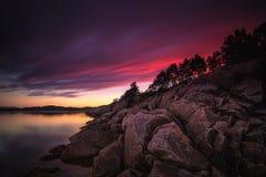 Überraschendes Sonnenunterganglicht und -farben durch die Ufer von Gjerdavika, nein stockfoto