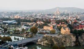 Überraschendes Tiflis-Stadtbild mit Fluss Stockfotos