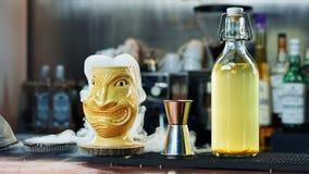 Überraschendes Tiki-Cocktail mit Dampf Stockbild