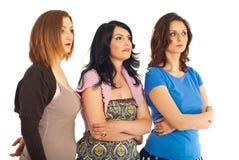 Überrascht drei Frauen, die weg schauen Stockfoto