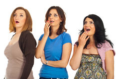 Überrascht drei Frauen in einer Reihe Stockbild