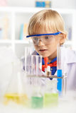 Überrascht mit chemischer Reaktion Stockfotos