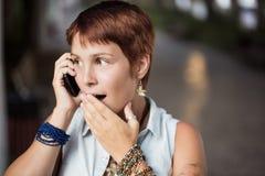 Überrascht am Telefon Lizenzfreies Stockfoto