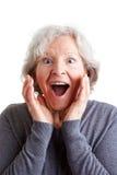Überraschte ältere Frau stockfotos