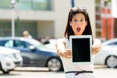 Überraschte Autoverkaufsfrau Stockfoto